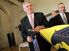 Prezident České republiky Miloš Zeman (vlevo) dekoruje prapor prezidentskou stuhou. Ilustrační foto.