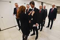 Asistentka upravuje mikrofony kandidátům na českého prezidenta před jejich debatou, kterou uspořádala 11. ledna v pražském Kongresovém centru Česká televize.