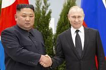 Ruský prezident Vladimir Putin (vpravo) a severokorejský vůdce Kim Čong-un.