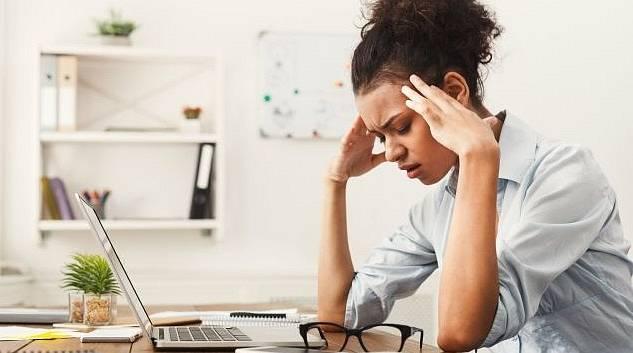 Mnohem náročnější je dnes práce pro učitele, kteří se musí soustředit na on-line výuku a sledovat žáky se zapnutými kamerami. Problémy s očima doprovázejí také bolesti hlavy.