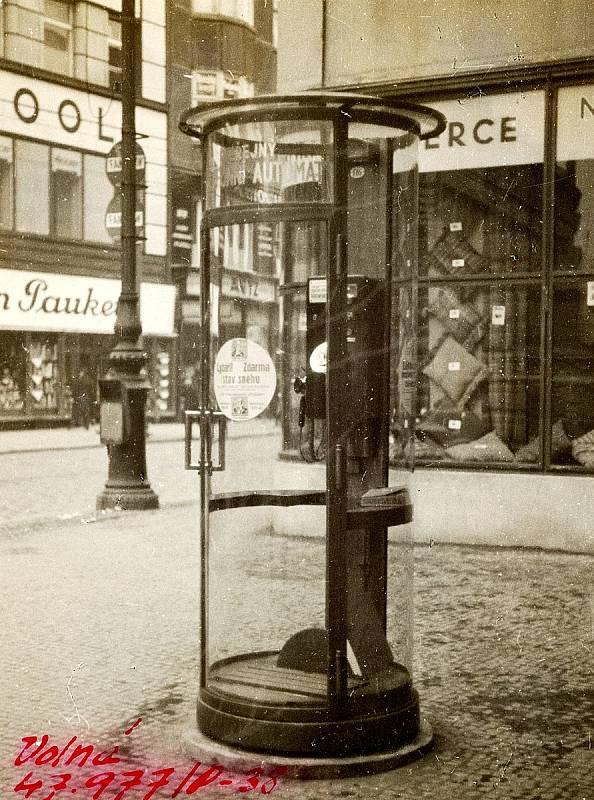 Telefonní budka na Národní třídě v Praze, leden 1936