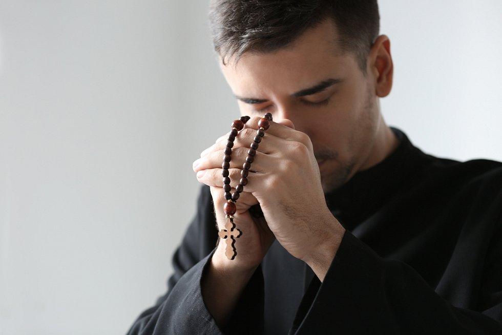 Celibát je chápán jako jakási oběť Bohu a kněžství jako specifický posvátný úřad.