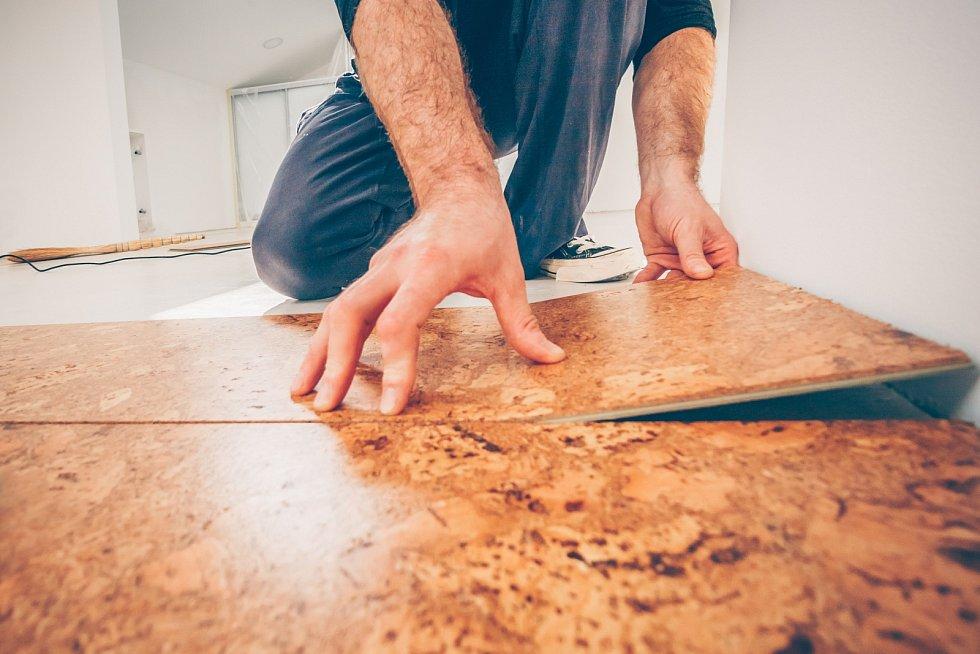 Na trhu najdete plovoucí korkové podlahy, jejichž pokládku hravě zvládnete