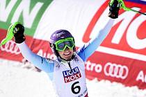 Šárka Strachová se raduje, právě vybojovala na mistrovství světa bronzovou medaili ve slalomu.