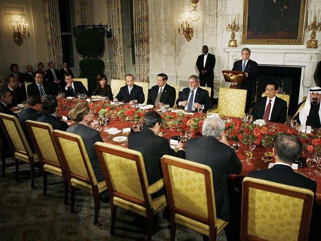 George Bush vítá účastníky summitu G 20 na večeři v Bílém domě.