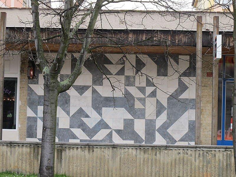 Freska na budově nákupního centra ve Studentské ulici v Litvínově podle návrhu Zdeňka Sýkory z roku 1977