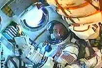 Turista Richard Garriott vyhlíží z okénka kosmické lodi do vesmíru