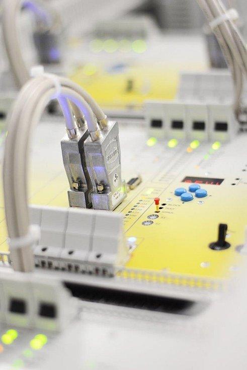 Detail řídicího systému SandRA, který firma dodává do 65 zemí světa.