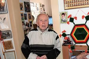 Zdeněk Fator se svou sbírkou sportovních artefaktů