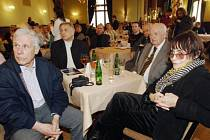 Režisér Otakar Vávra (druhý zprava) a jeho tři bývalí studenti Jan Schmidt (zleva), Jiří Menzel a Věra Chytilová