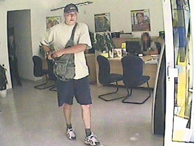Muže po loupeži zachytily bezpečnostní kamery v bance.