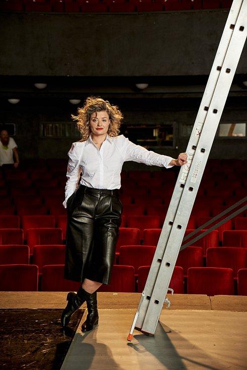 Než se Erika Stárková stala slavnou, dokázala se živit pouštěním divadelních titulků, obsluhováním v baru či pouličním zpíváním.