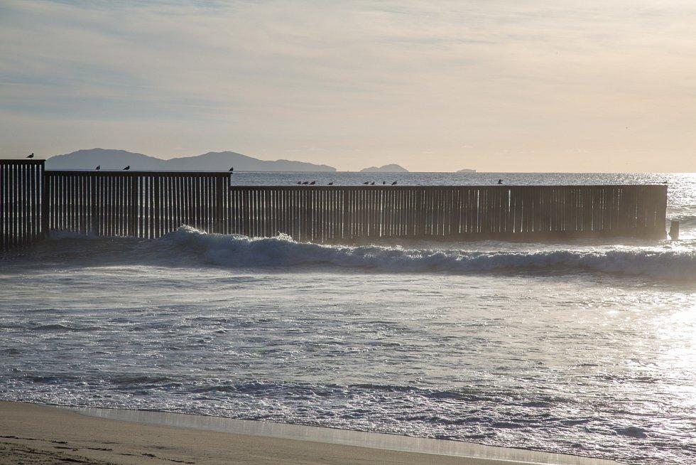 Zeď oddělující USA a Mexiko na břehu Tichého oceánu