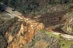 Pohled na sesutou část kalifornské dálnice Highway 1, vedoucí podél pobřeží