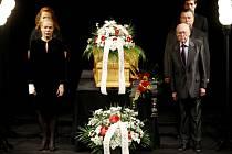 Poslední rozloučení s herečkou Jaroslavou Adamovou proběhlo 25. června v pražském divadle ABC. Na snímku v první řadě Dagmar Havlová a Lubomír Lipský.