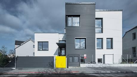 Výsledkem rekonstrukce jsou tři svébytné, různě vysoké části domu, kryté pultovými střechami.