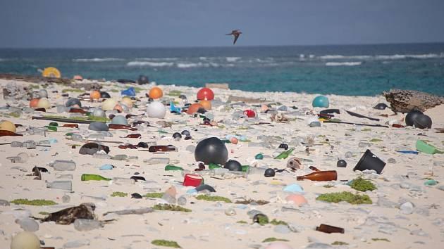Odpadky na pláži (ilustrační snímek)
