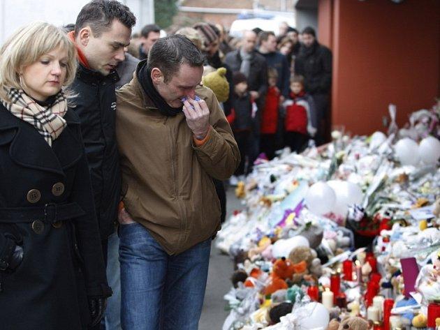 Lidé nepřestávají nosit plyšové hračky ke školce v Dendermonde, kde vrah napadl malé děti.