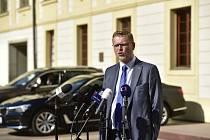 Předseda KDU ČSL Pavel Bělobrádek hovoří s novináři na Pražském hradě, kde se 18. dubna sešel s prezidentem Milošem Zemanem kvůli sestavování nové vlády.