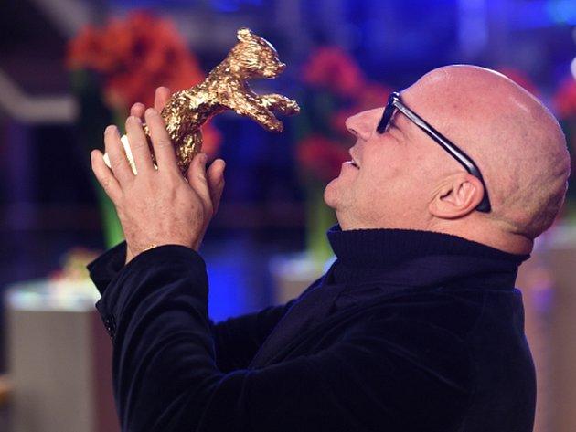 Hlavní cenu na letošním berlínském mezinárodním filmovém festivalu Berlinale – Zlatého medvěda – získal italský snímek Fuocoammare (Požár na moři), který se zabývá uprchlickou tematikou.
