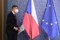 Premiér Andrej Babiš (ANO) přichází 12. října 2020 v Praze na tiskovou konferenci po schůzi vlády o dalších opatřeních proti šíření nového typu koronaviru