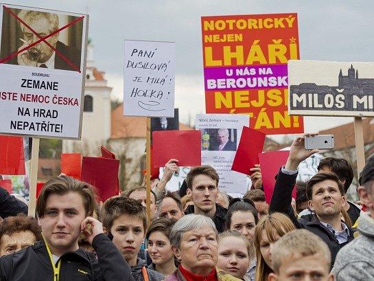 Prezident Miloš Zeman se v rámci své cesty po Středočeském kraji sešel 19. dubna s občany Berouna. Na Husově náměstí ho přivítalo zhruba pět set odpůrců (na snímku) i příznivců.