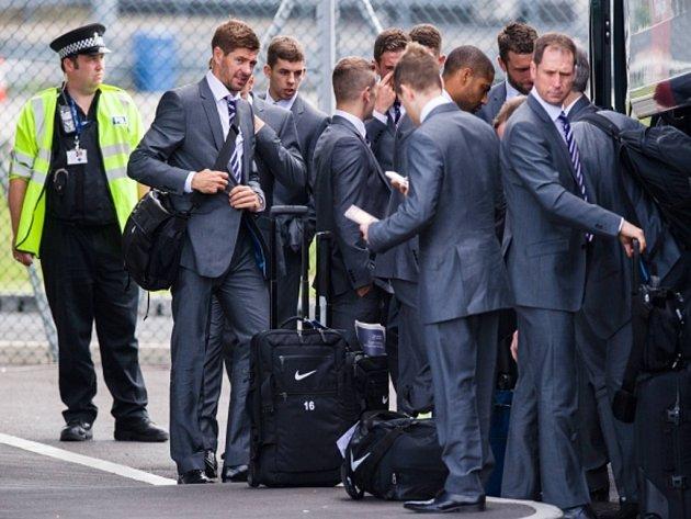 Steven Gerrard (druhý zleva) pozoruje komika BBC Lee Nelsona.