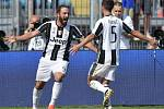 Fotbalisté Juventusu Gonzalo Higuaín (vlevo) a Miralem Pjanič se radují z gólu.
