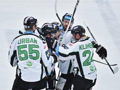 Hokejisté Mladé Boleslavi se radují z gólu proti Hradci Králové.