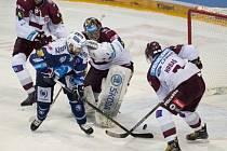 Nicholas Johnson z Plzně (v modrém) překonává brankáře Sparty Tomáše Pöpperleho.