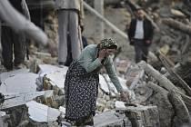 Při silném zemětřesení na jihu Íránu přišlo o život 37 lidí a 850 osob bylo zraněno.