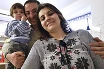 Osmadvacetiletý Marwán Matti s dcerou Masarrou, vpravo je jeho žena Nibrás.