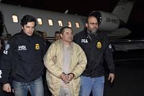 Mexický narkobaron Joaquín Guzmán (přezdívaný El Chapo) v doprovodu agentů amerických bezpečnostních složek na letišti v New Yorku
