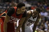Khris Middleton (22) z Milwaukee Bucks a Anthony Davis (23) z New Orleans.