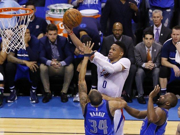 Russell Westbrook z Oklahomy (uprostřed) se prosazuje proti Dallasu.