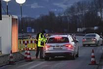 Němečtí policisté kontrolují řidiče u česko-německých hranic