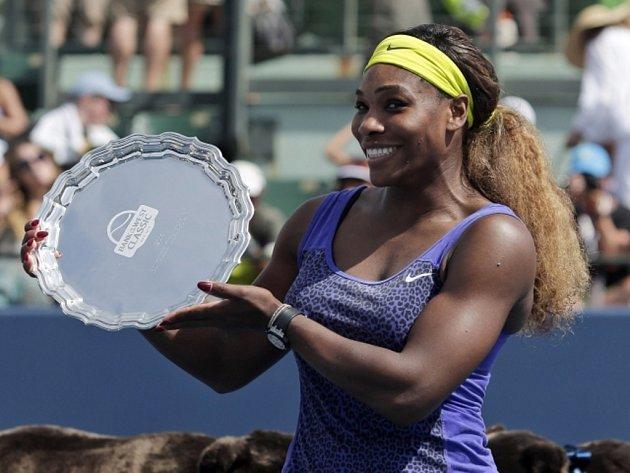 Serena Williamsová s trofejí pro vítězku turnaje ve Stanfordu.