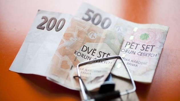 Bankovky, peníze, české koruny, finanční past, dluhy - ilustrační foto