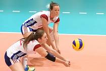 České volejbalistky Eva Hodanová (vlevo) a Petra Kojdová v Grand Prix proti Dominikánské republice.