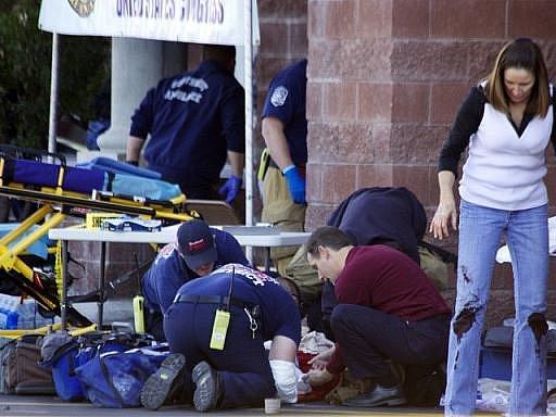 Záchranáři se snaží pomoct obětem střelby