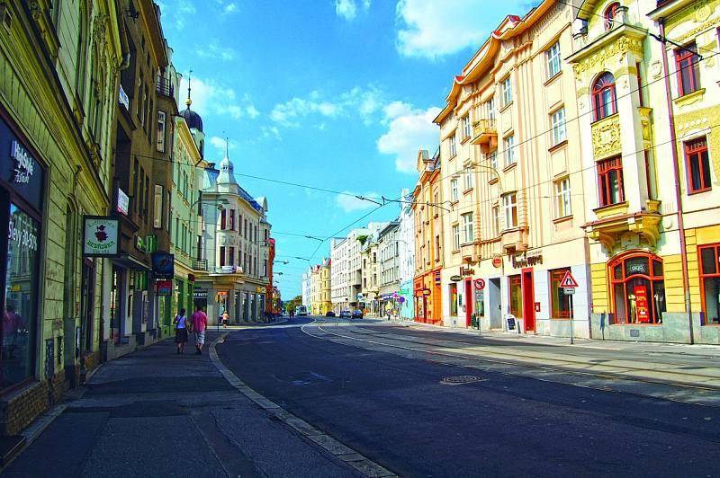 Nádražní ulice. Pohledy upoutají honosné vily a nájemní domy z devatenáctého a dvacátého století, které možná víc než někdejší doly vzkazují: Ostrava byla v té době hodně bohatá. Dnes patří do městské památkové zóny Moravská Ostrava.