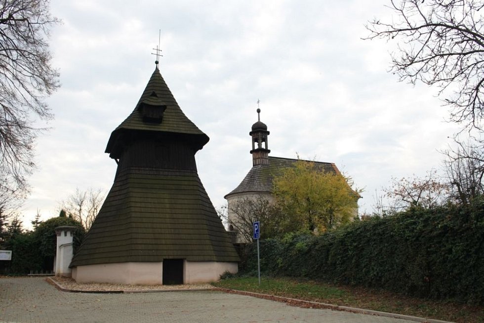 Český poutník: Dřevěná zvonice v Semíně pochází ze 17. století.