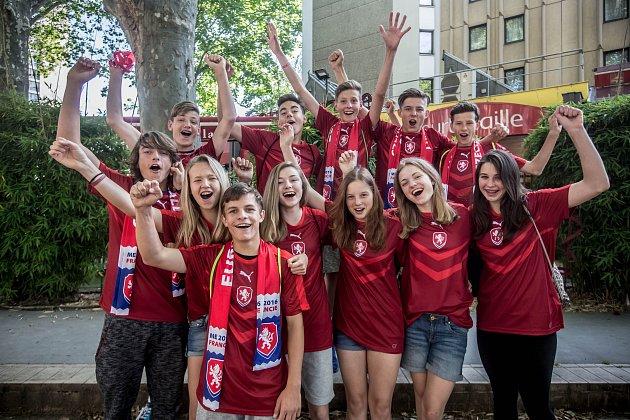 Děti ze ZŠ Eden vPraze, kteří se přijely podívat na zápas ME ve fotbale, EURO 2016, mezi Českou republikou a Chorvatskem, hraný 17.června vSaint Etienne ve Francii. Snímek je zLyonu.