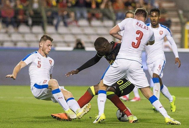 Čeští fotbalisté (v bílém) proti Belgii.