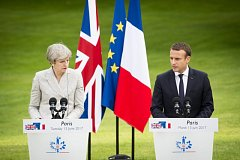 Bristká premiérka Theresa Mayová přicestovala do Paříže na krátkou neformální návštěvu francouzského prezidenta Emmanuela Macrona