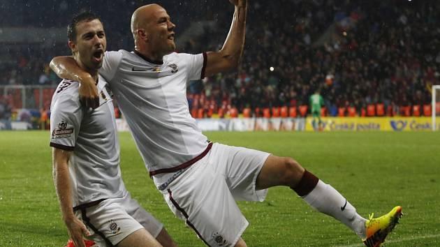 Fotbalisté Sparty Josef Hušbauer (vlevo) a Roman Bednář se radují z vyrovnávacího gólu ve finále poháru proti Plzni.