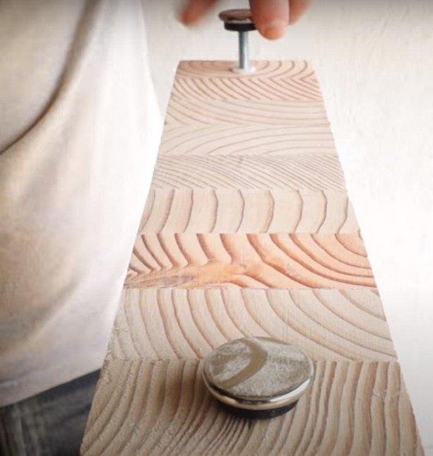 Je vhodné nohy zespoda osadit ještě dvěma nožičkami z kovu nebo odolného plastu, které budou lavici lépe izolovat od vlhkosti ze země.