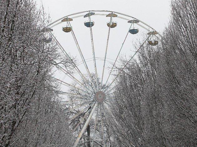 Finišující přípravy na sobotní zahájení Matějské pouti zasypal sníh.