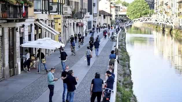 Lidé na ulici milánské čtvrti Navigli den po zrušení koronavirové karantény, 5. května 2020