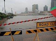 Ničivé záplavy ochromily třetí největší australské město Brisbane. Domovy zde opustily tisíce lidí a voda zablokovala centrum města i některá předměstí.